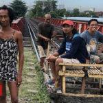 Manila's 'trolley boys' - BBC News